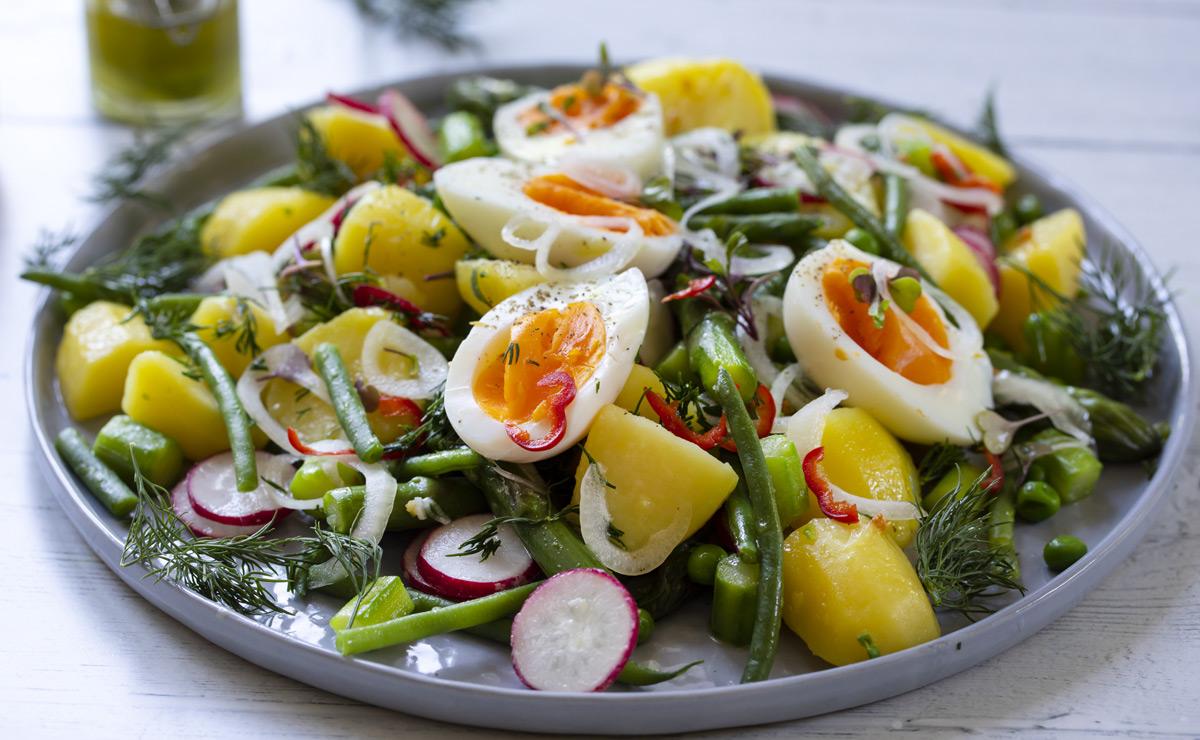 Ensalada de patata, huevo y rábanitos