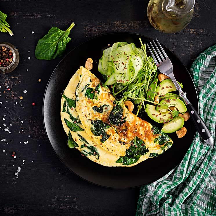 Tortilla de espinacas con aguacate y pepino
