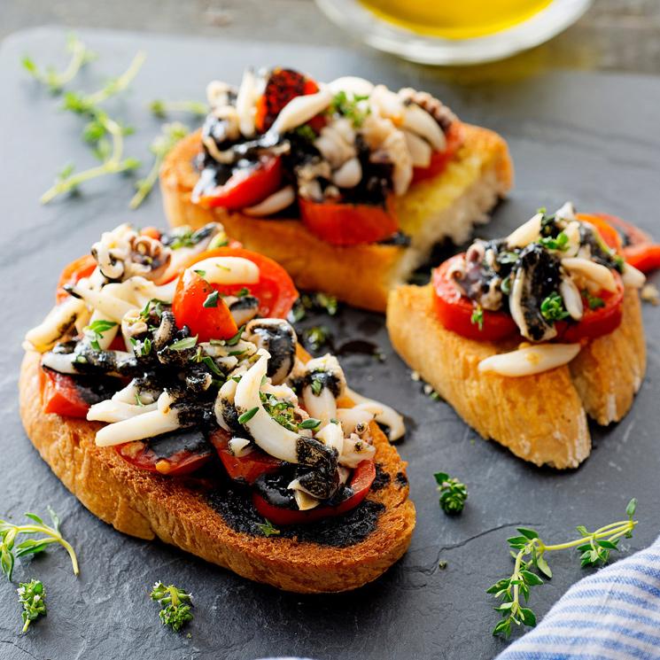 Tostas de calamar con tomatitos