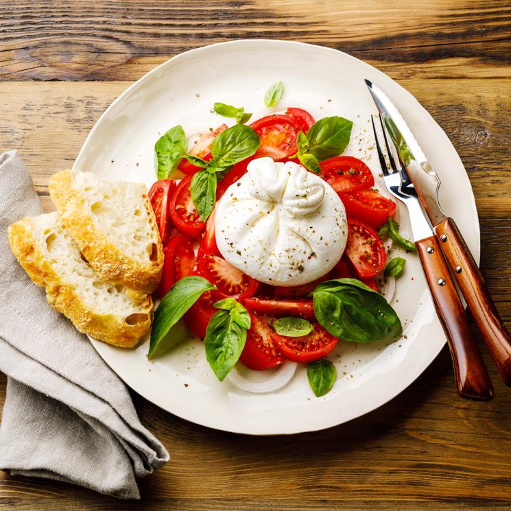 Ensalada de burrata, tomates y albahaca