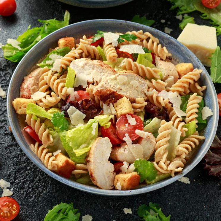 Ensalada de espirales con pollo y parmesano