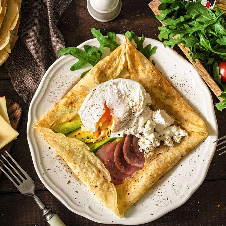 'Galette' rellena de pastrami, aguacate, queso y huevo poché