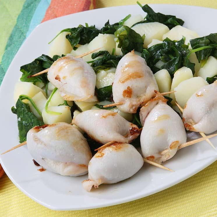 Chipirones rellenos de gambas con patata y espinacas