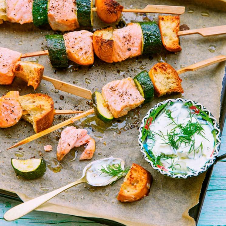 Brochetas de salmón con calabacín y salsa de eneldo