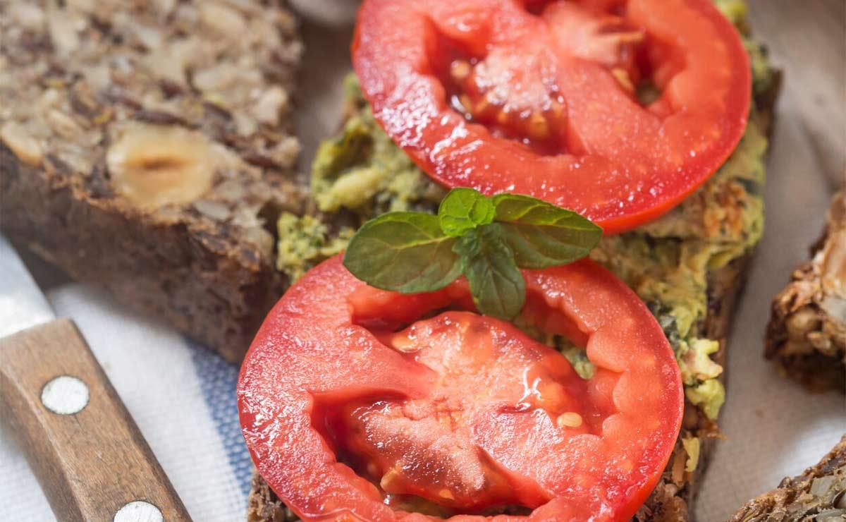 Tostadas de pan de frutos secos con tomate y aguacate
