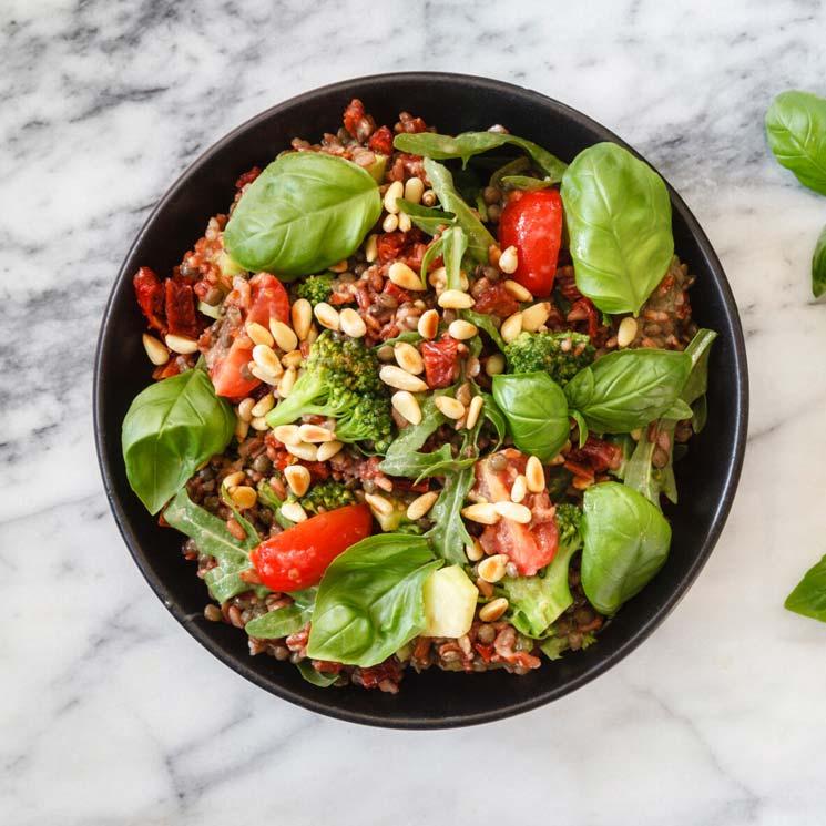Ensalada de arroz integral con brócoli, tomate y lentejas