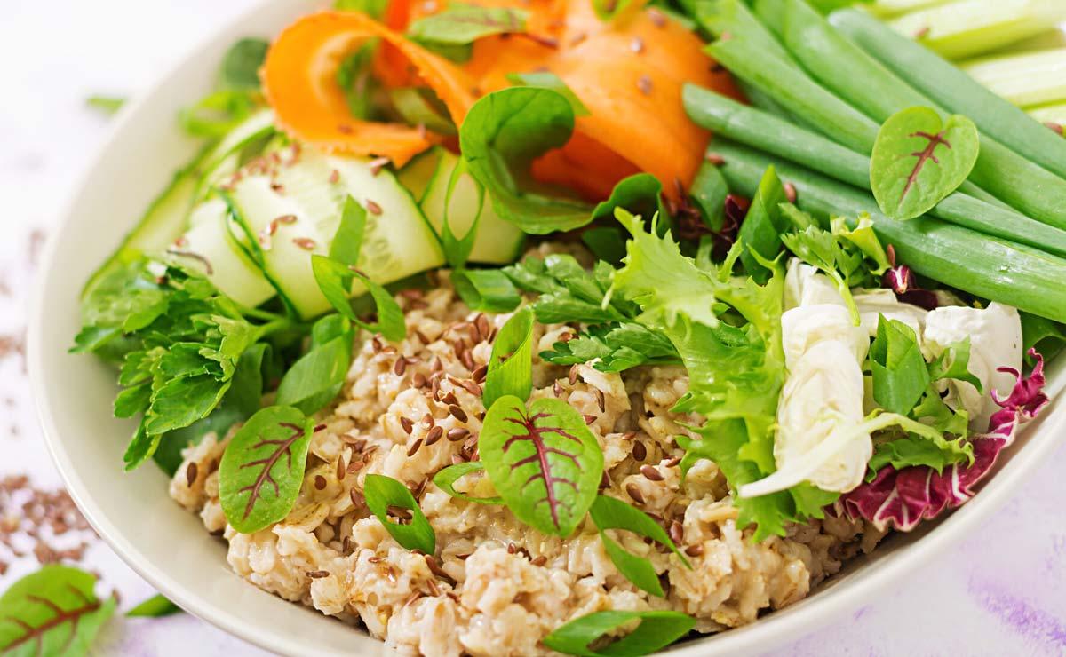 'Porridge' salado con vegetales y semillas de lino