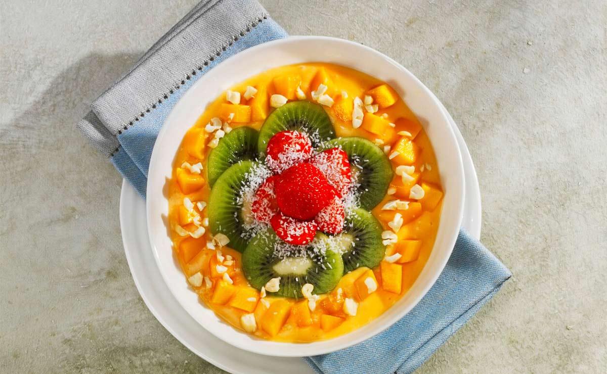 'Smoothie bowl' de mango y papaya con kiwi y almendras