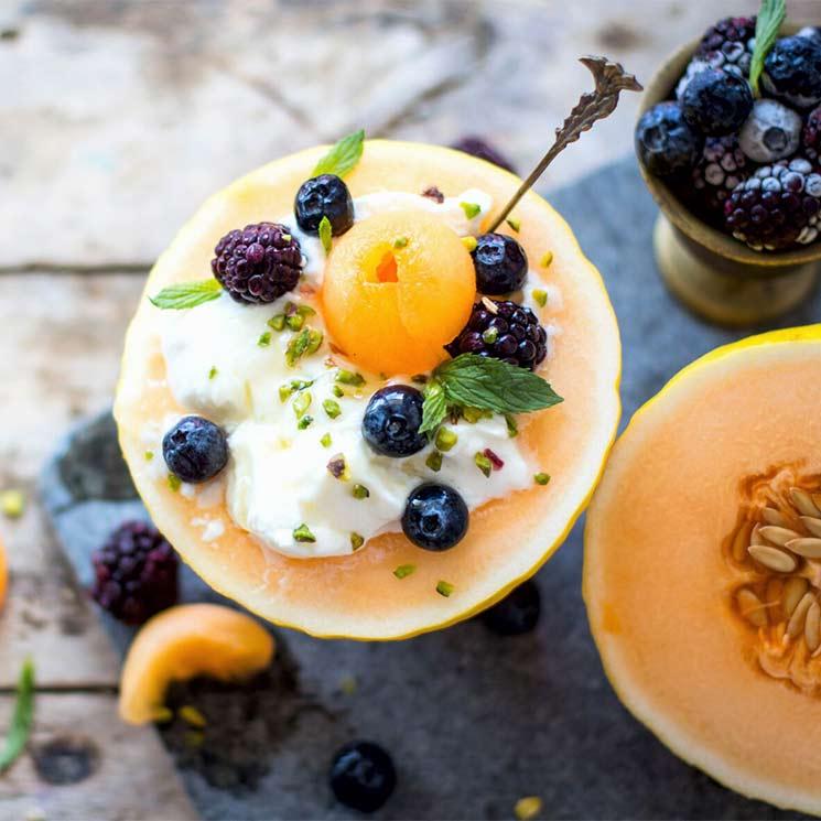 Melón relleno de yogur, moras y arándanos