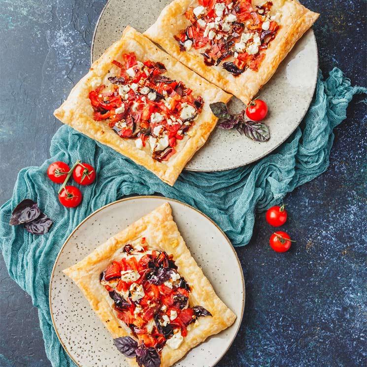 Tartitas de queso con tomate y pimiento rojo