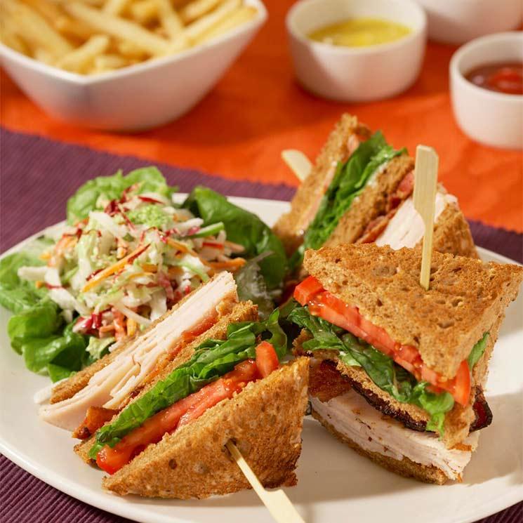 Sándwich de pavo con tomate y ensalada de col