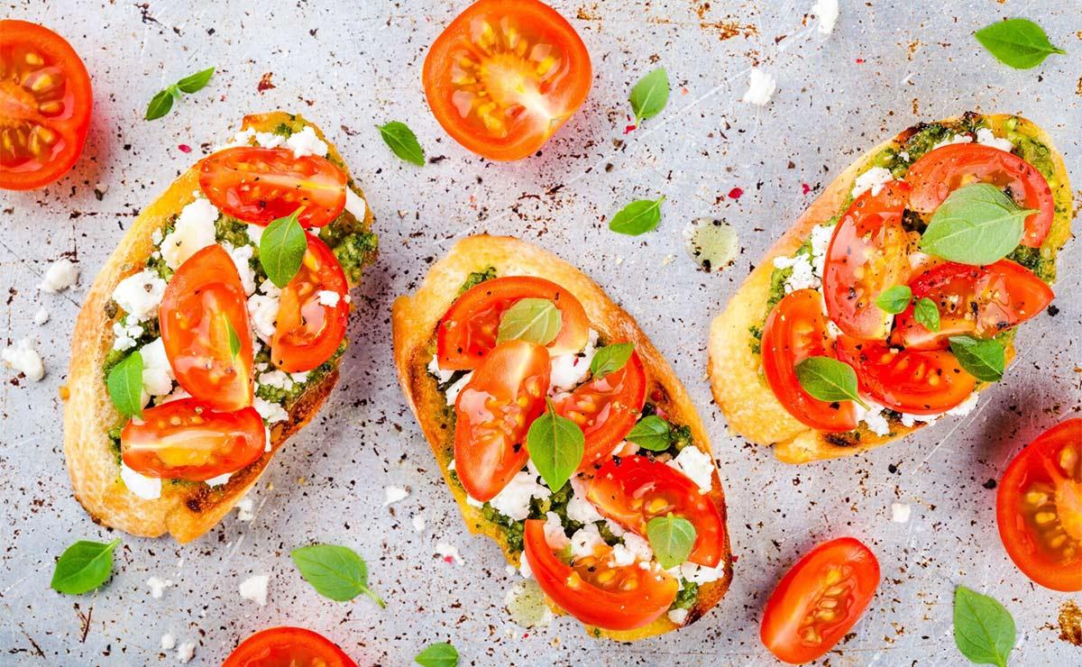 Mollete de queso de cabra, tomate y pesto