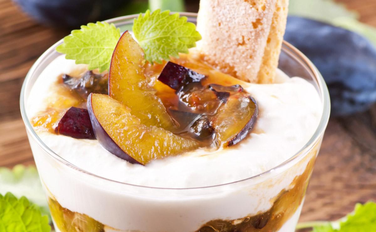Postre de ciruelas, yogur y bizcocho