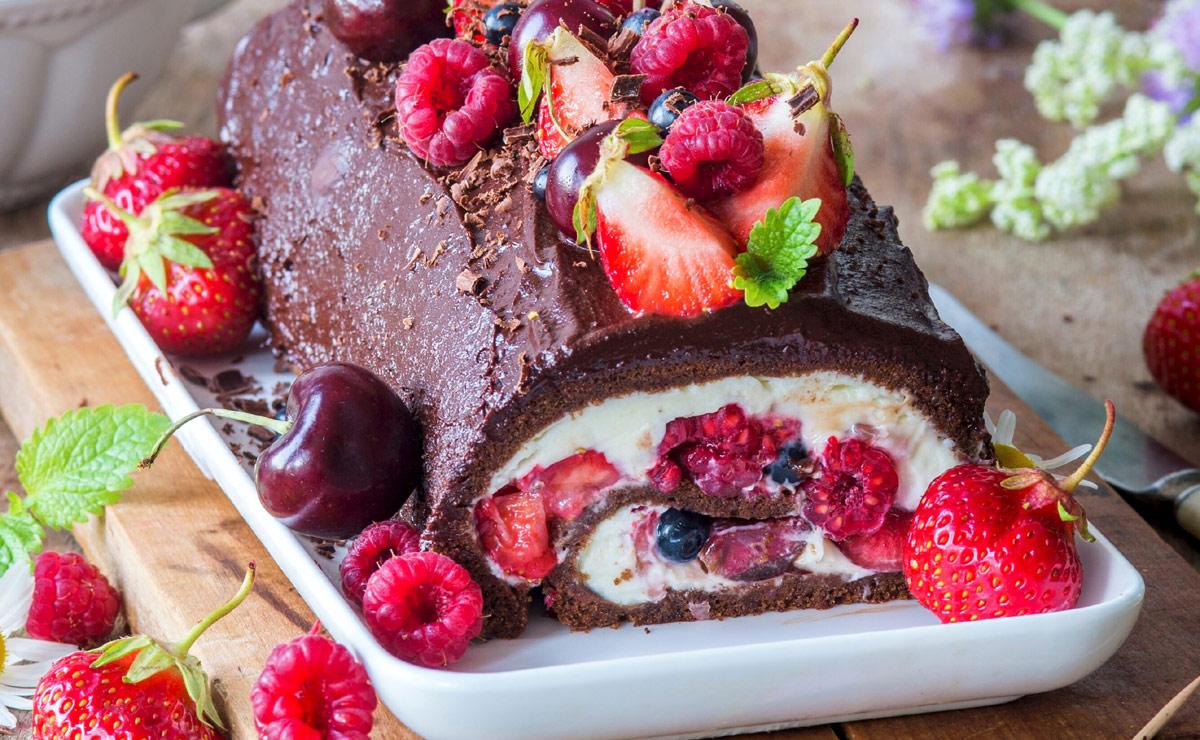 Tronco de chocolate con nata y frutos rojos