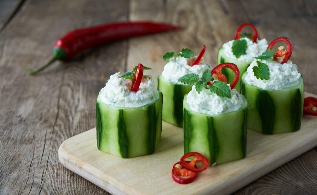Pepinos rellenos de 'ricotta' y chile