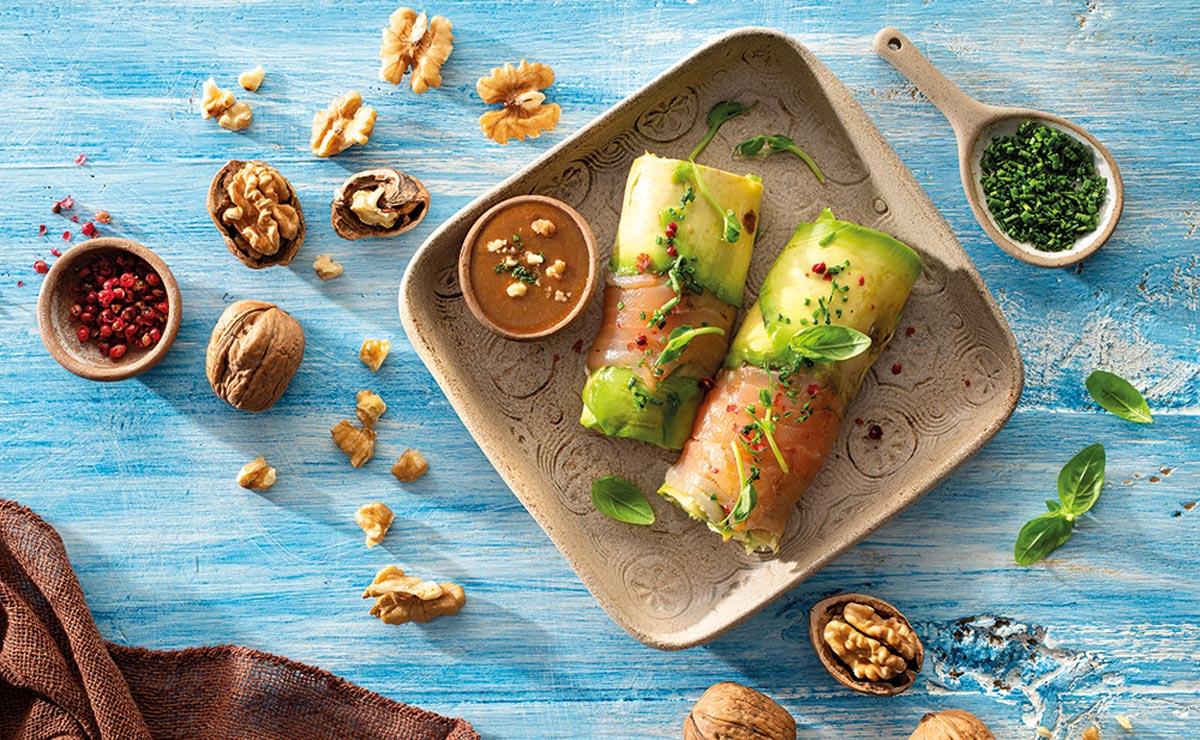 Canelón de aguacate y salmón con vinagreta de nueces