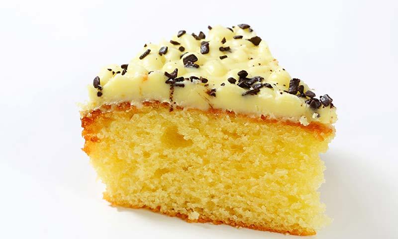 Bizcocho con cobertura de crema de mantequilla y limón