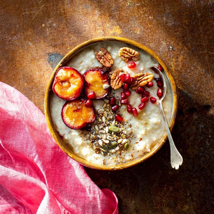 'Porridge' con ciruelas, nueces pecanas y granada