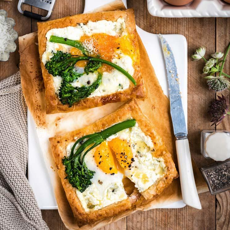 'Galettes' de hojaldre con huevo y brócoli