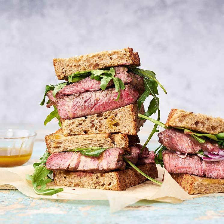 Sándwich de 'steak' de carne con aliño de mostaza