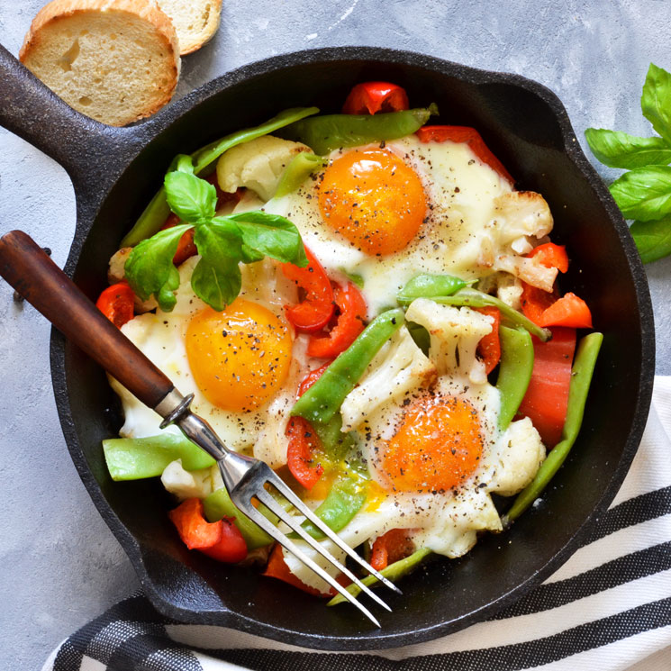 Salteado de verduras con huevos fritos