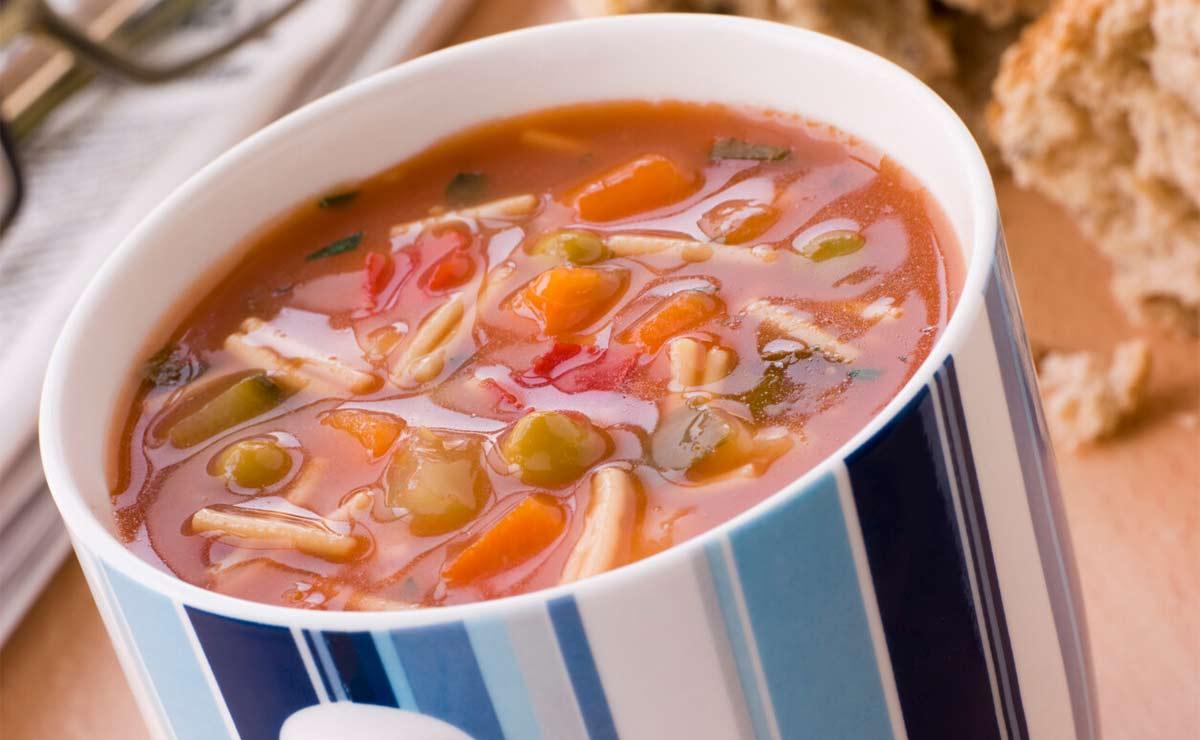 Sopa minestrone con fideos en microondas