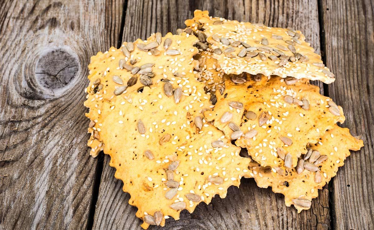 'Crackers' caseras con pipas y sésamo