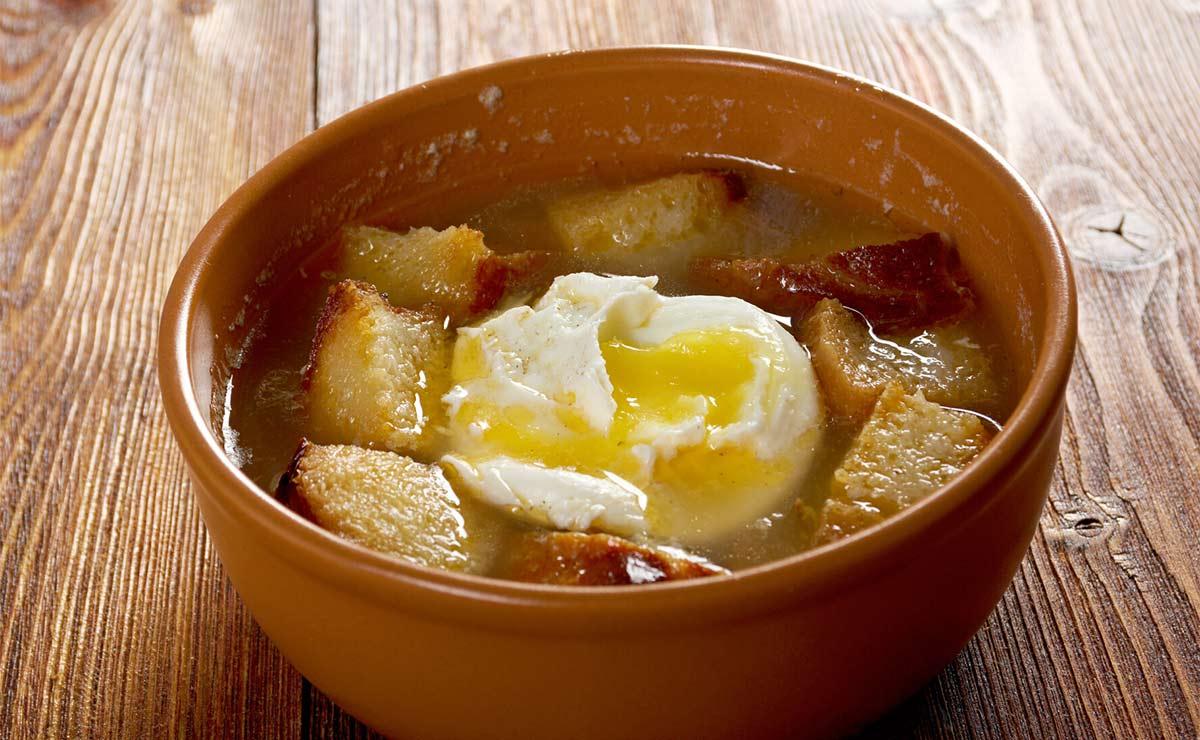 Sopa de ajo con pan y huevo