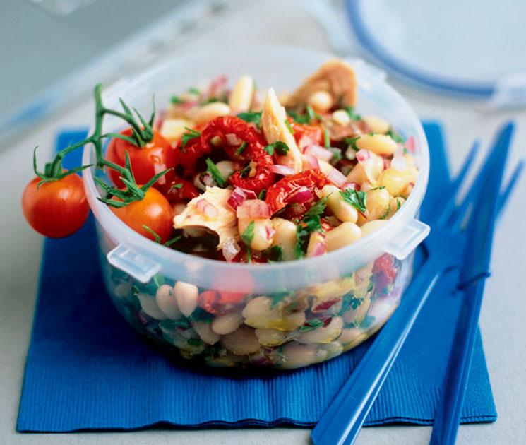 Ensalada de alubias, tomates secos y atún