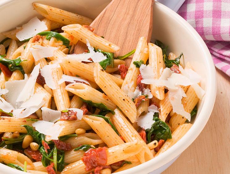 Pasta integral con tomates secos y piñones