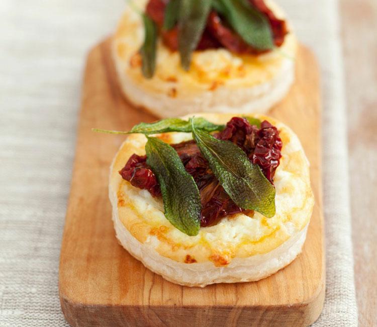 Volovanes rellenos de queso feta, tomate seco y salvia