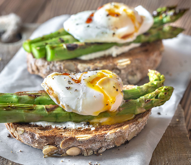 tosta-de-trigueros-con-huevo-poche