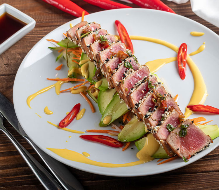 Tataki de atún con salsa ponzu y salsa huancaína