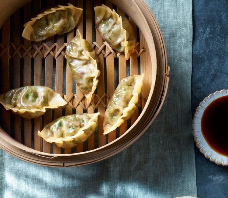 Dumplingsrellenos de pollo con salsa ponzu