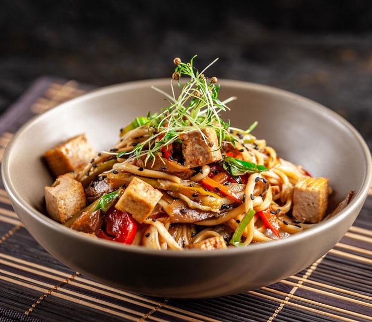 Noodles con tofu marinado, pollo y verduras