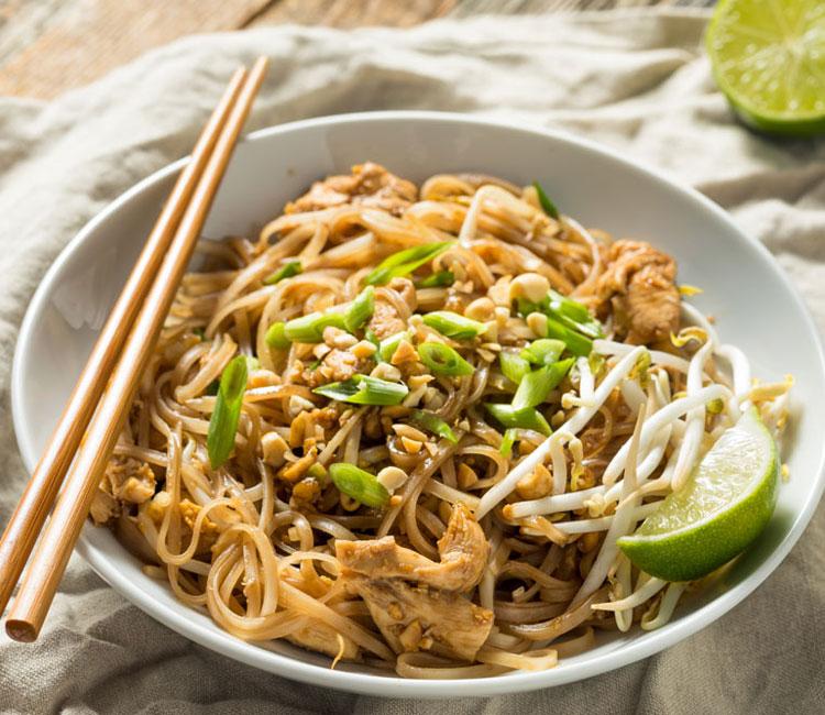 Pad thai de pollo con noodles de arroz