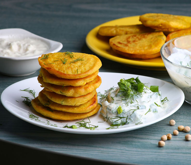 Tortitas de harina de garbanzos con salsa de yogur al eneldo