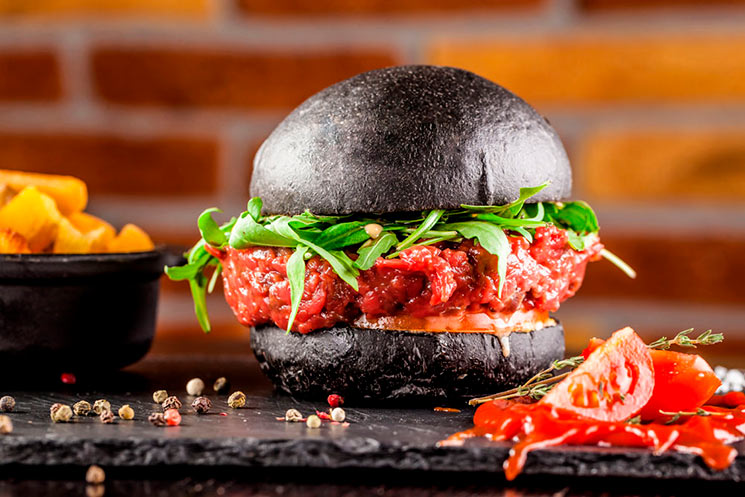 Steak tartar en pan negro