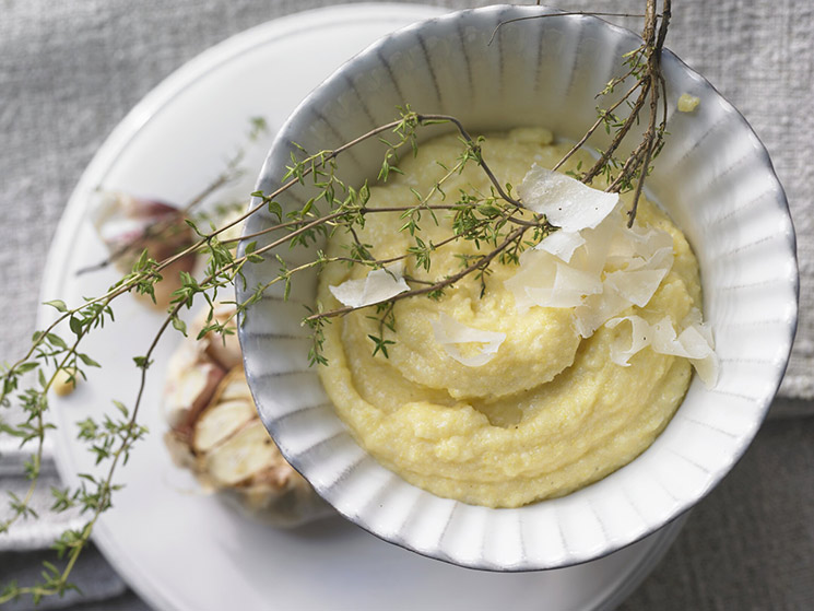 Polenta cremosa con ajo asado y queso Pecorino