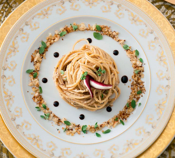 Espaguetis integrales al pesto de achicoria