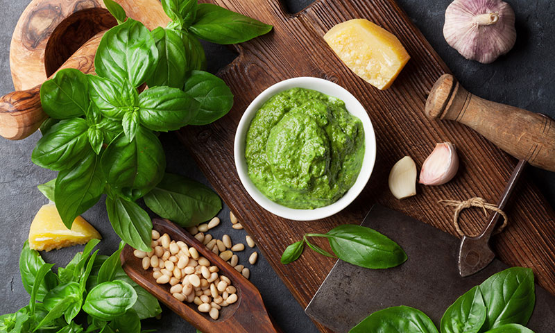 El pesto infalible y las mejores recetas con esta salsa italiana