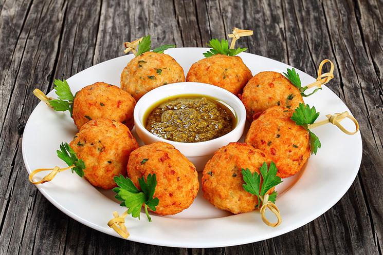 Albóndigas vegetarianas con pesto de col rizada y pistacho