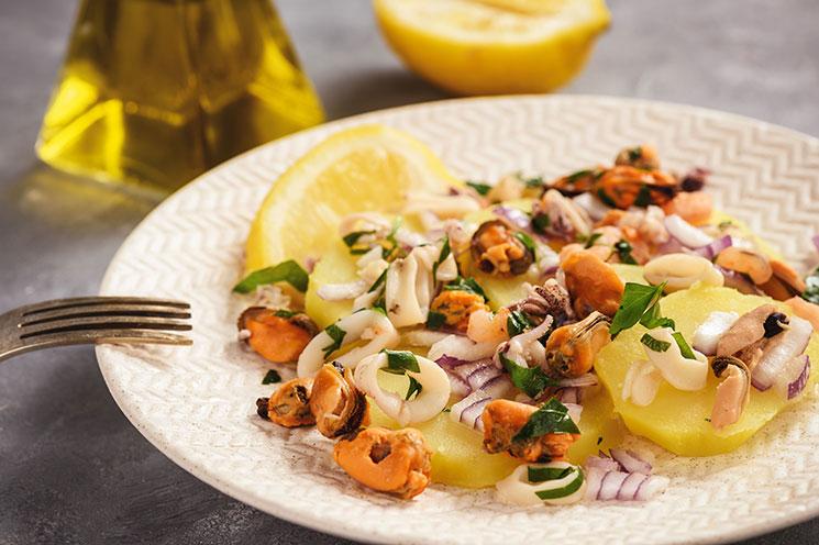 Ensalada de patatas, calamar y mejillones con vinagreta de limón