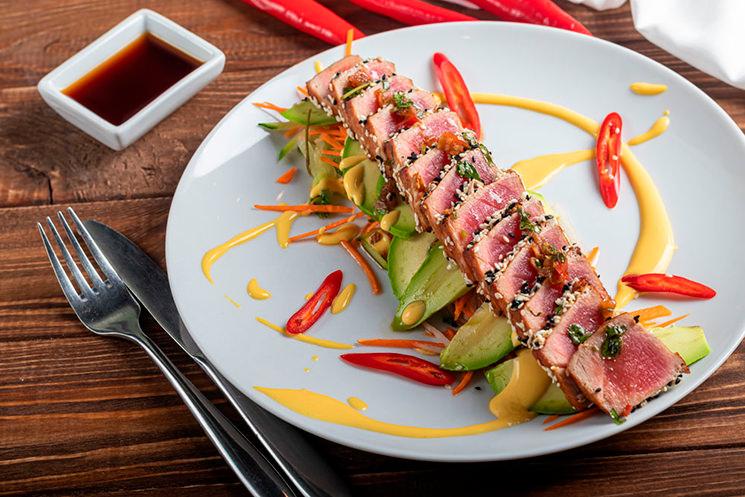 Tataki de atún rojo con salsa ponzu y huancaína