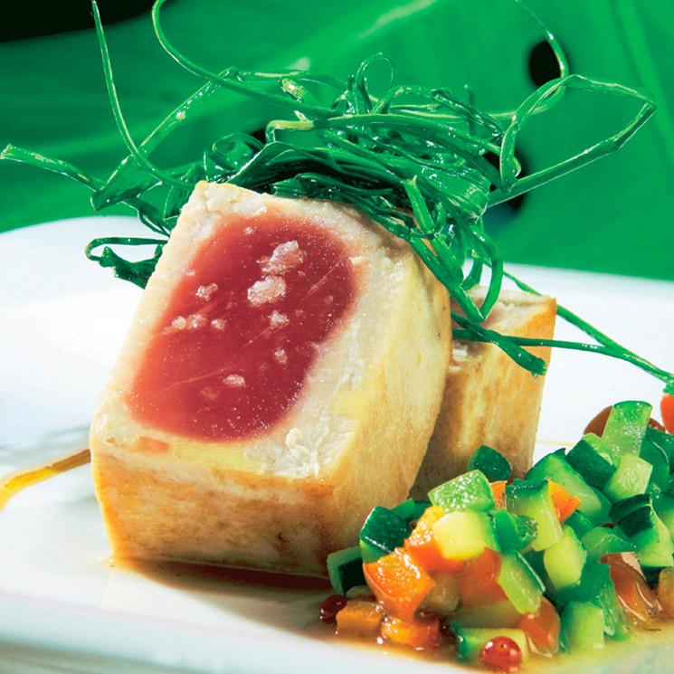 Atún rojo con verduras y cebollino frito