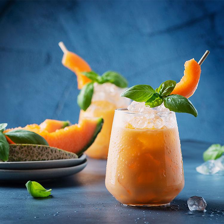 Bebida de melón con almíbar y albahaca