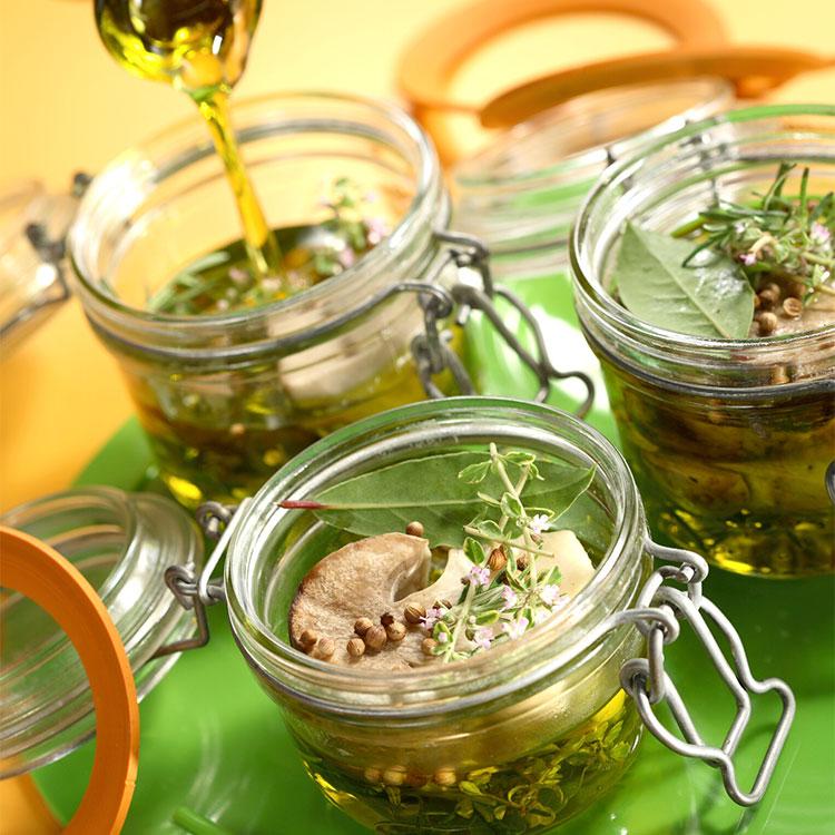 Setas en aceite con hierbas aromáticas