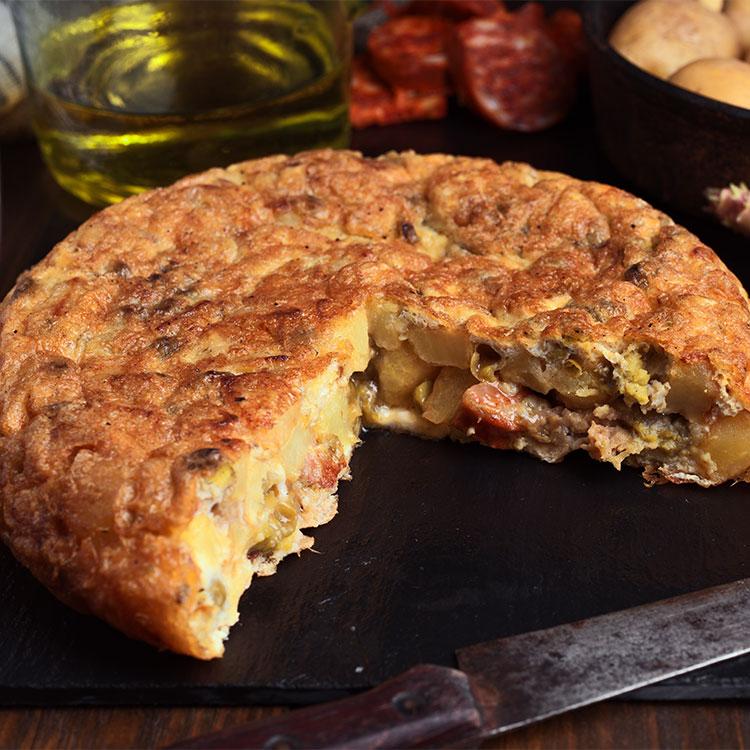 Tortilla de chorizo, ajetes y champiñones