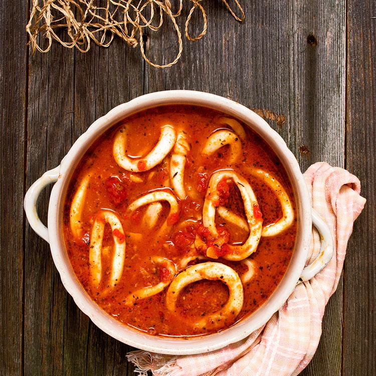 Guiso de calamares con tomate y aceite de menta