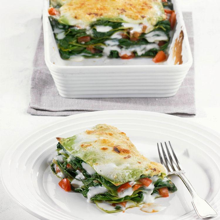 Lasaña de espinacas y tomate con bechamel vegana